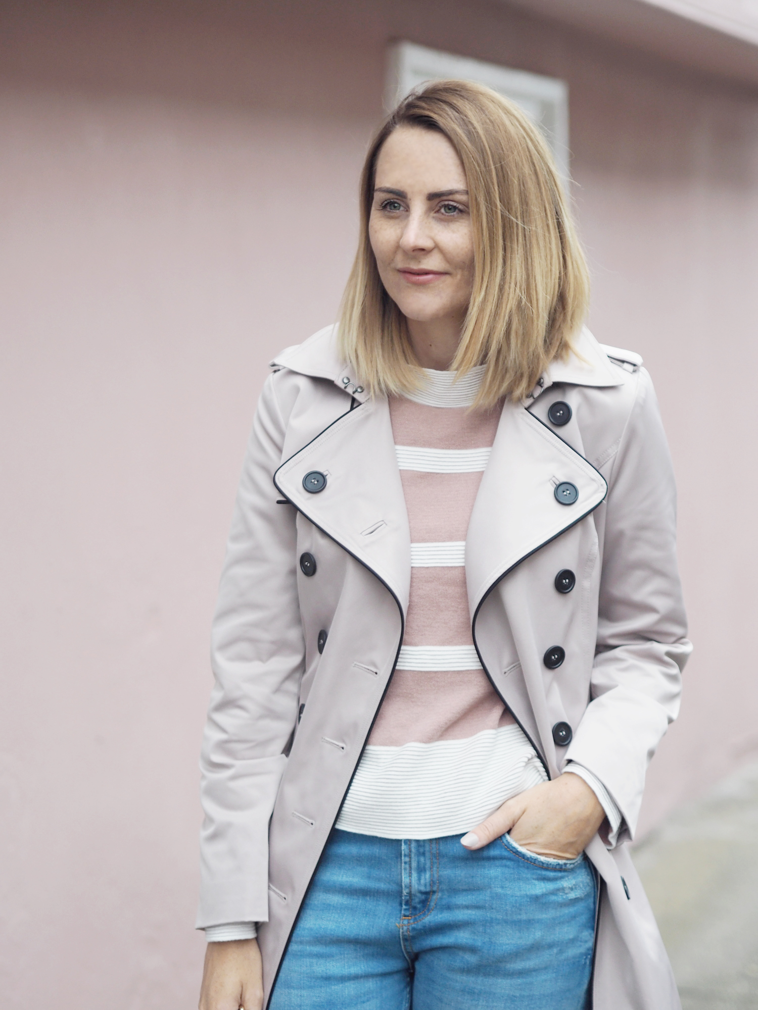 pinki jumper and jeans casual outfit
