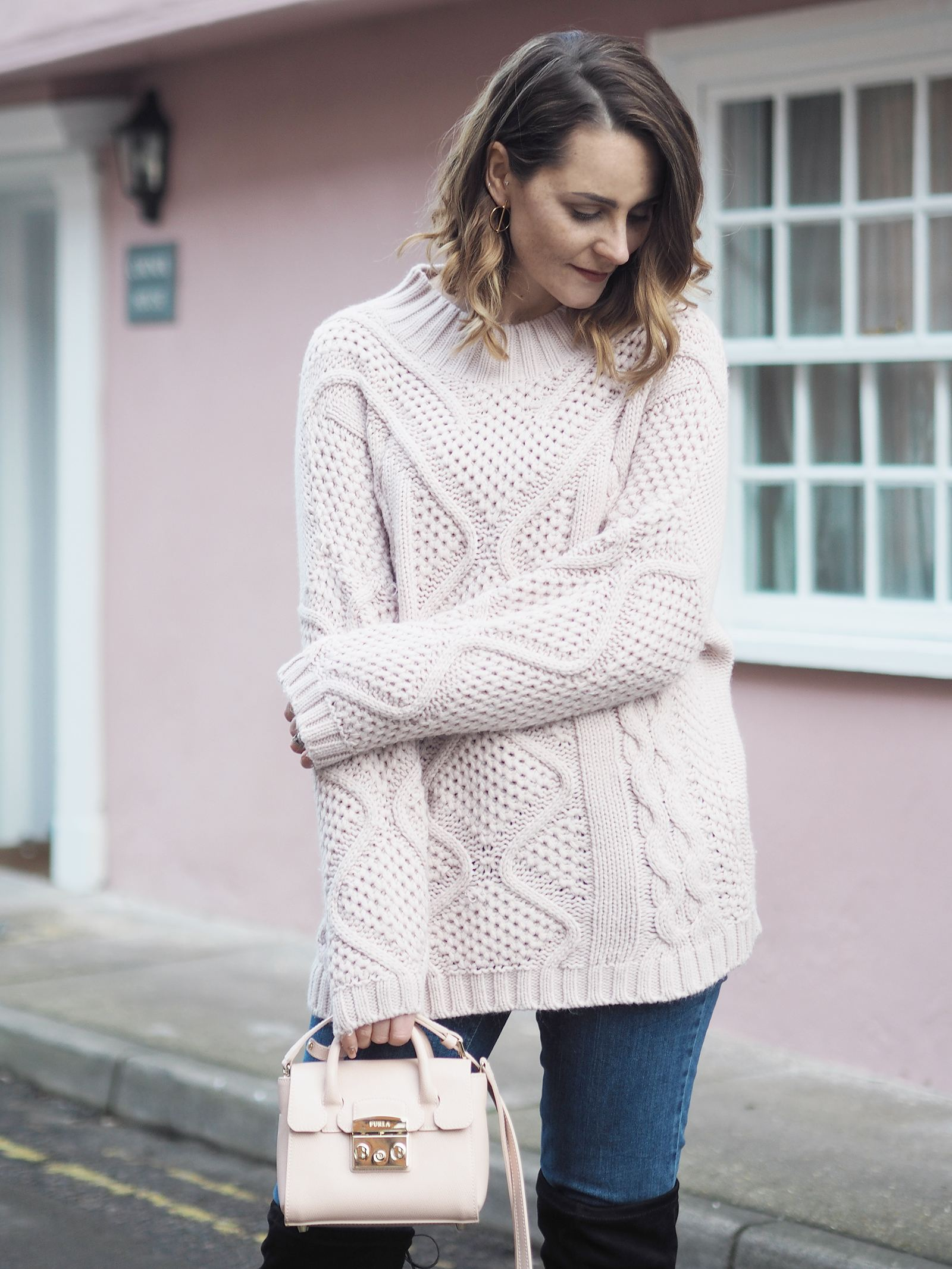 big chunky jumper pink outfit with jeans