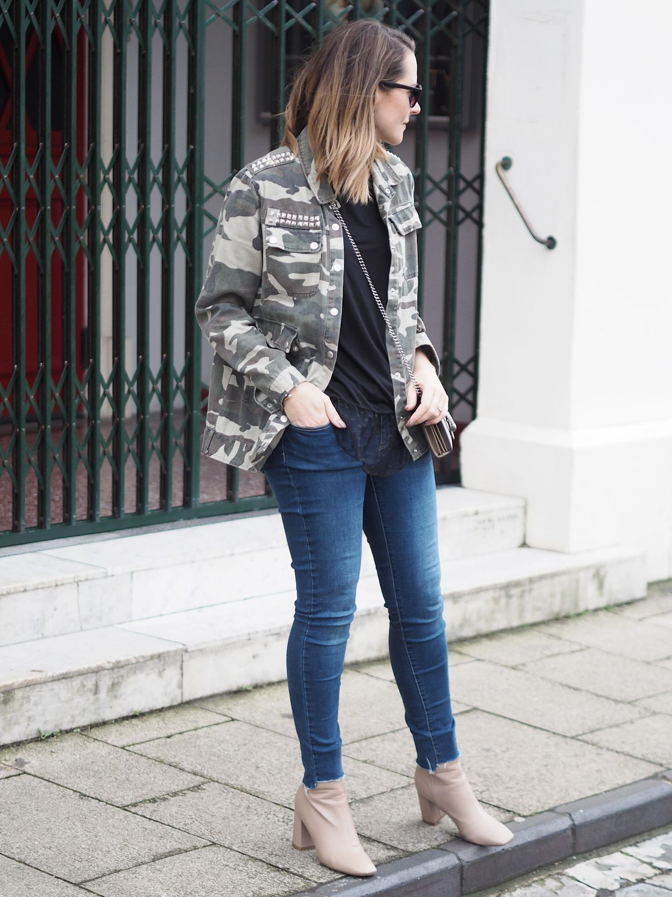camo jacket and jeans outfit